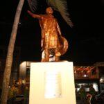 Develan estatua de José Alfredo Jiménez en el Paseo Claussen y gran homenaje en el Teatro Ángela Peralta.